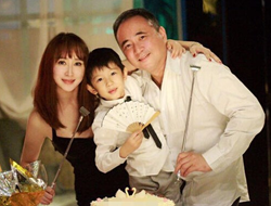 胡静晒照富豪老公罕见出镜 纪念结婚7周年