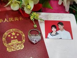 陈紫函戴向宇登记结婚钻戒抢眼