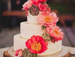 用鲜花装饰的婚礼蛋糕 浪漫蛋糕