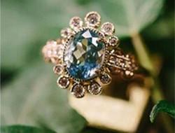 复古婚礼上的经典古董宝石婚戒
