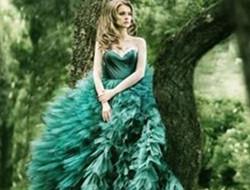脱俗耀眼的绿色新娘礼服