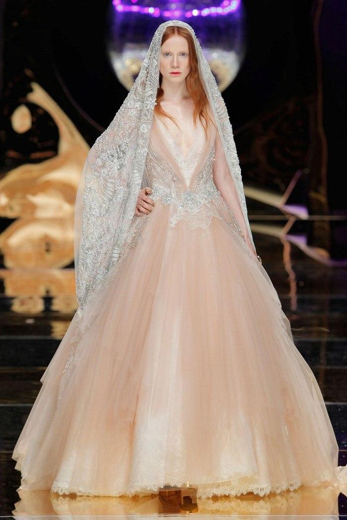 Yolan Cris 2017春夏婚纱系列 本季品牌发布分了Prêt-a- Couture和Haute Couture两大系列。Prêt-a- Couture 系列融入随性自然的波西米亚风格,飘逸的流苏和精致的欧洲蕾丝完美结合,而Haute Couture 高级定制系列以欧洲顶级面料和手工艺术刺绣打造而成,同样可以为你打造出曼妙动人的新娘造型~