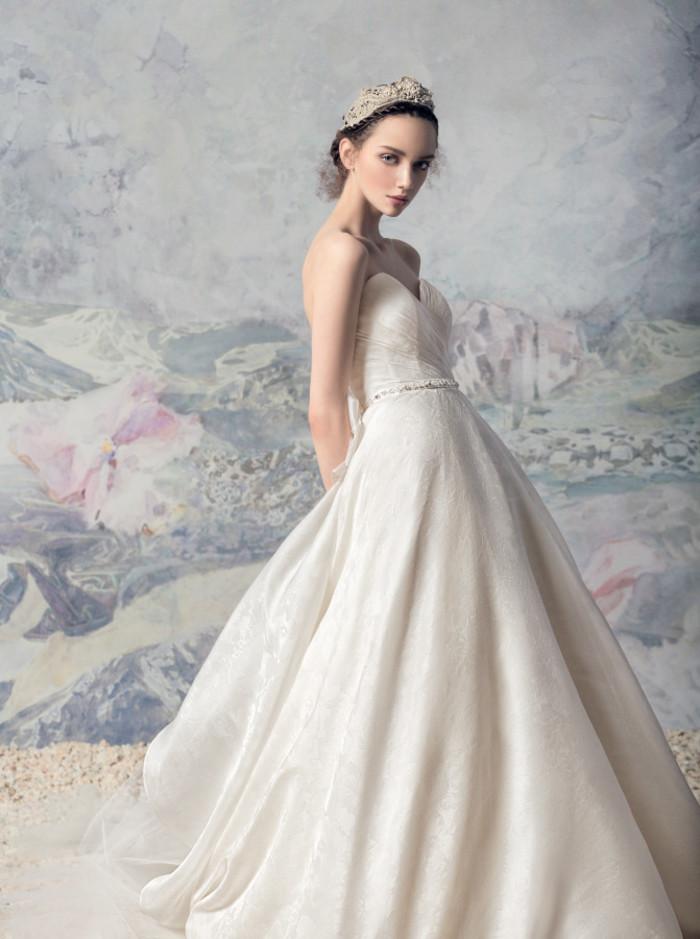 心形抹胸婚纱,Papilio,神秘的天鹅公主,如油画般质感的Papilio 2016新娘婚纱系列