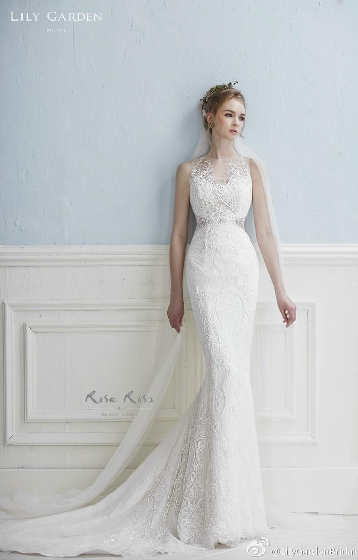 【RoseRosa】--充满浪漫与浓浓爱意的韩国婚纱品牌,具有20年历史,坚持在华丽公主风的优美风格上强调高雅与清纯之美,渲染给人以少女一般的迷人氛围。通过富有情感又不乏华丽的设计,将最美的印记馈赠与各位新娘