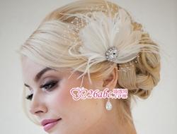 简单的珠宝头饰衬托新娘的优雅柔美