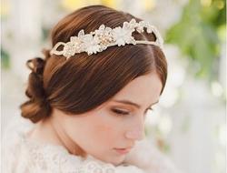 与婚纱浑然一体的头饰让新娘优雅又浪漫