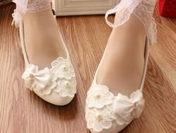白色蕾丝新娘婚鞋图片