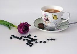 咖啡豆散落在装有咖啡的杯子旁图片(10张)