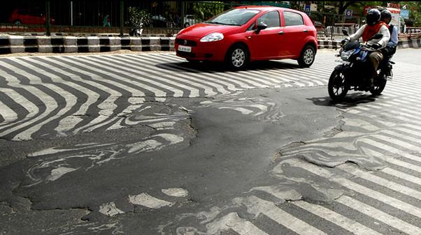 印度高温天气致千余人死亡 道路融化