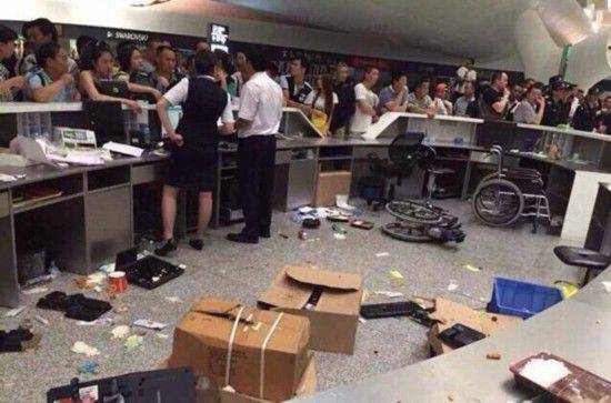 深圳机场航班延误 乘客打砸现场