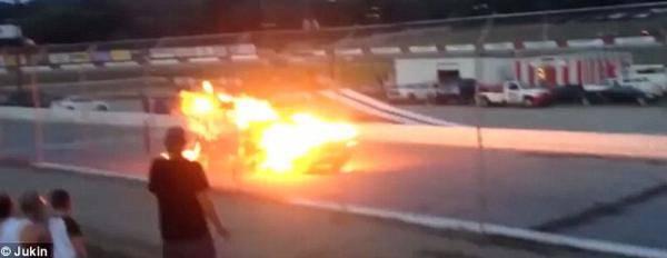 特技演员飞出车外被碾压 开车冲向火团十分惊险
