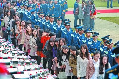 150名军官集体相亲 全场大跳江南Style