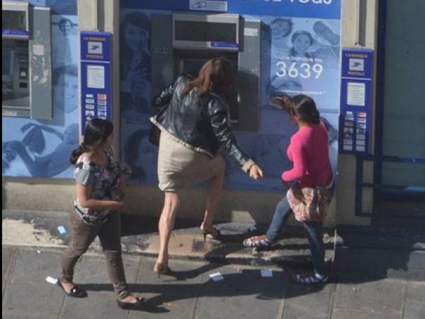 巴黎街头女子取钱被公然抢劫无人帮忙