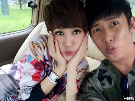 陆毅与妻子鲍蕾合影 网友:你俩长得一样