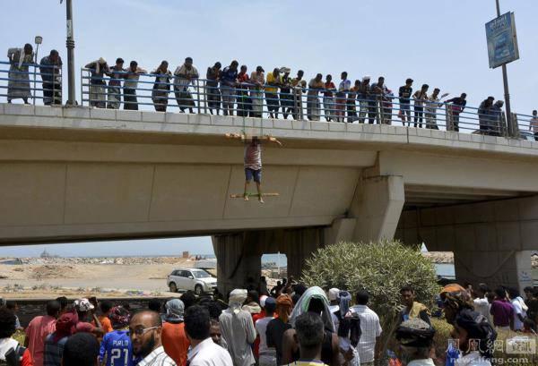 男子遭基地组织杀害后吊桥上示众 网友:惨无人道