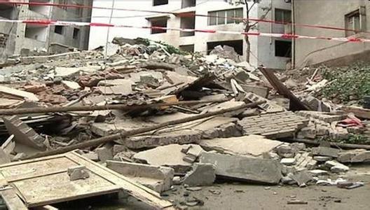 夫妇发现楼房开裂 喊出68名住户后房塌了