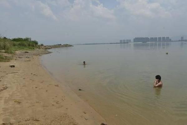 8岁小学生在江边溺亡 同伴埋其衣物不敢声张