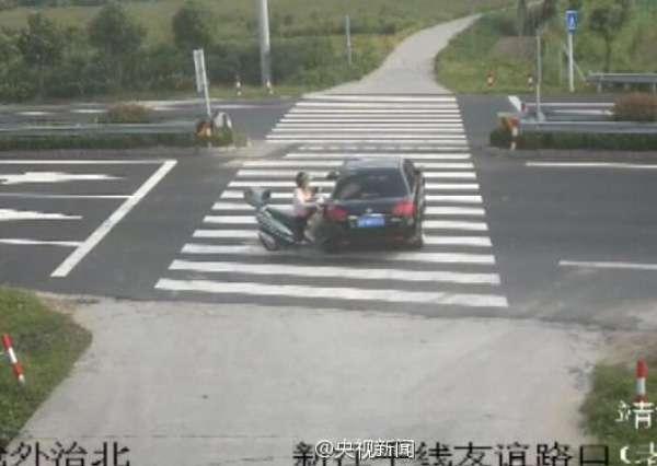 女子骑摩托玩手机被撞飞 监控记录惊魂一幕