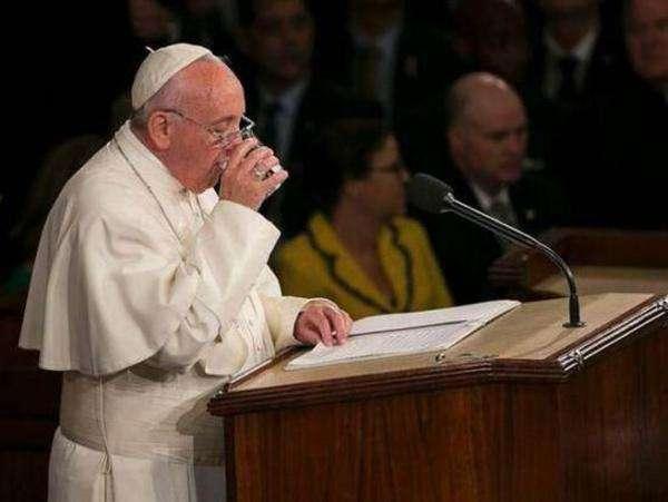 美议员偷走教皇水杯 与妻子助手一起喝杯中剩水