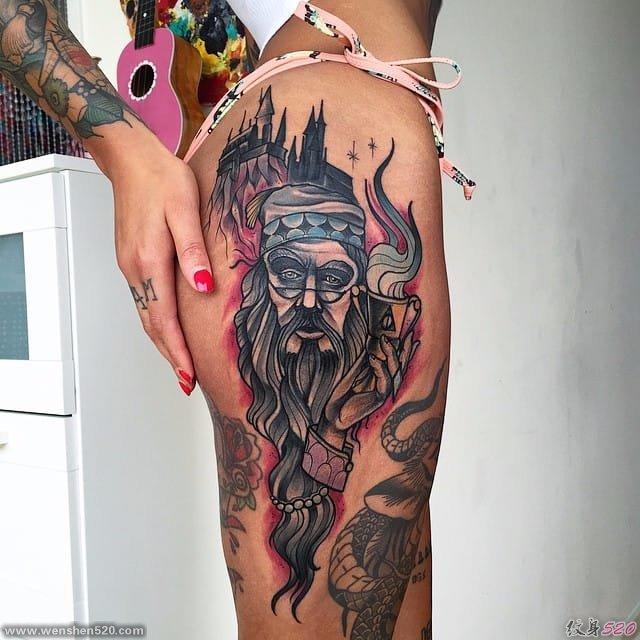 女性热情洋溢的臀部纹身图案