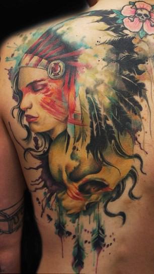 背部美丽的北美土著女孩和骷髅纹身图案