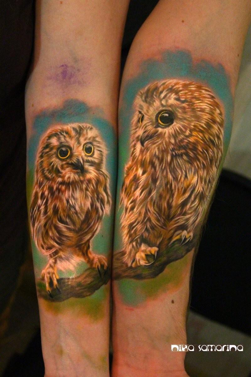 手臂彩色现实主义风格猫头鹰纹身图案
