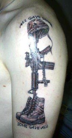 肩部黑棕色机枪鞋子纹身图案