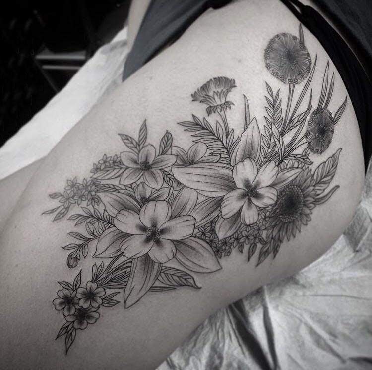 臀部纹身 女生大腿上黑色的植物纹身图片