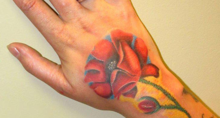 虞美人纹身图片  女生手背上彩绘的虞美人纹身图片