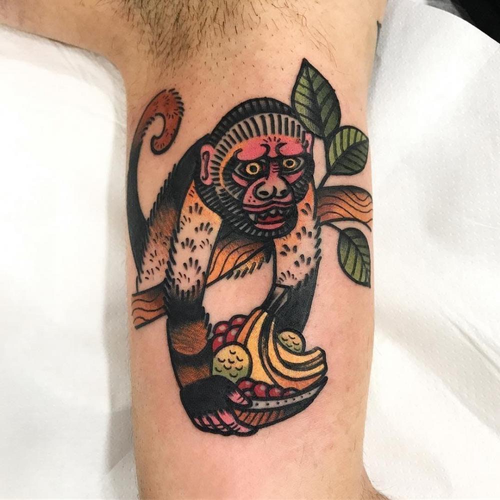 大臂纹身图 男生大臂上植物和猴子纹身图片