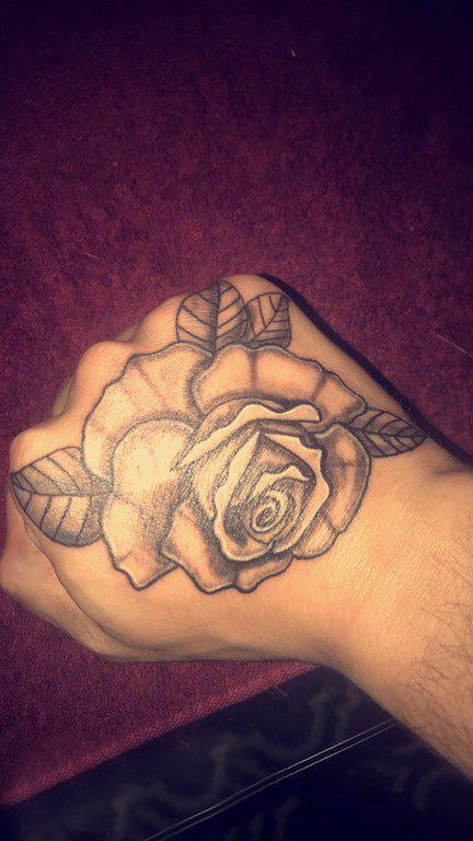 纹身玫瑰花  男生手背上黑灰色的玫瑰花纹身图片