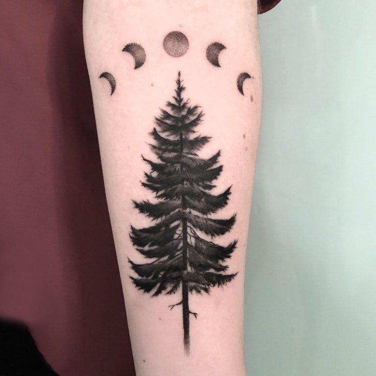 树和月亮纹身图案 男生手臂上月亮和树纹身图片