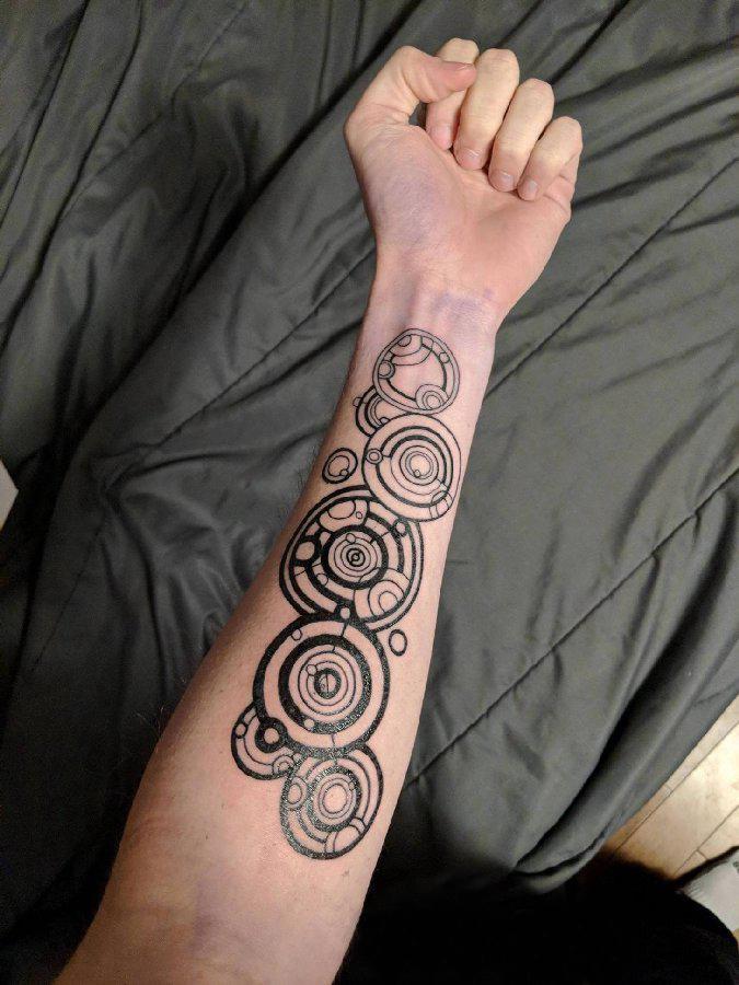 纹身圆形  男生手臂上极简的圆形纹身图片