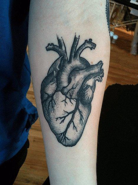 心脏纹身图案   多款黑色色调的心脏纹身图案