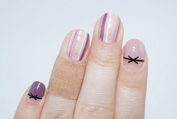 温柔的紫色裸粉色搭配气质的条纹图案,简单气质的秋冬美甲款