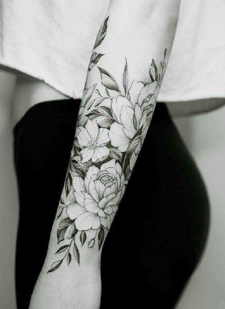 环绕在手臂上很好看的一组黑灰花卉主题纹身图案