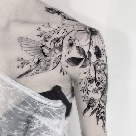 肩花纹身作品:女性肩部上的花卉性感纹身图案