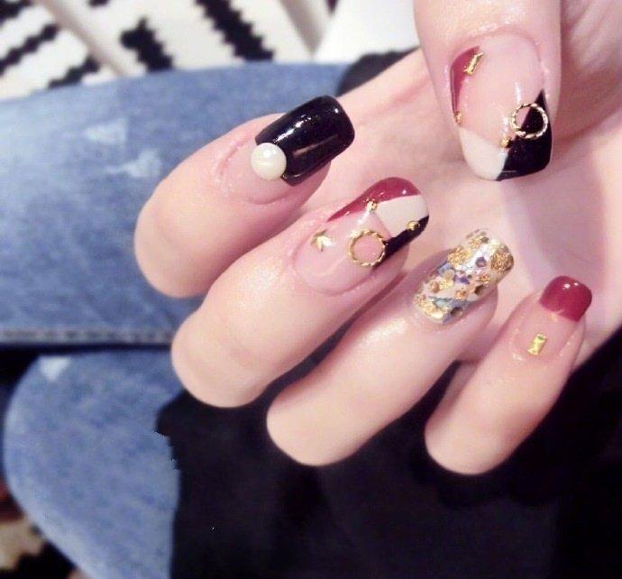 长指甲女生适合的镶钻美甲款式,显得手指更加修长