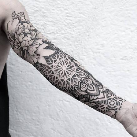 繁花花臂纹身:一组黑灰点刺繁花图腾纹身花臂作品欣赏