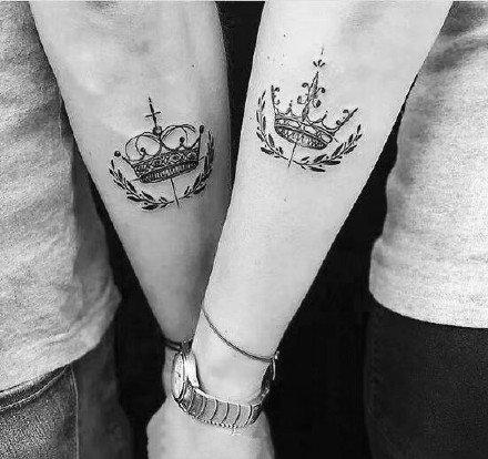 黑色的一组小清新皇冠纹身作品图片