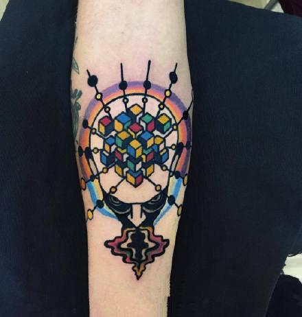 纹在胳膊上school风格的小彩色纹身图片