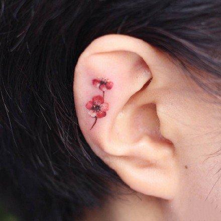 纹在耳朵上面的一组小花花纹身图案