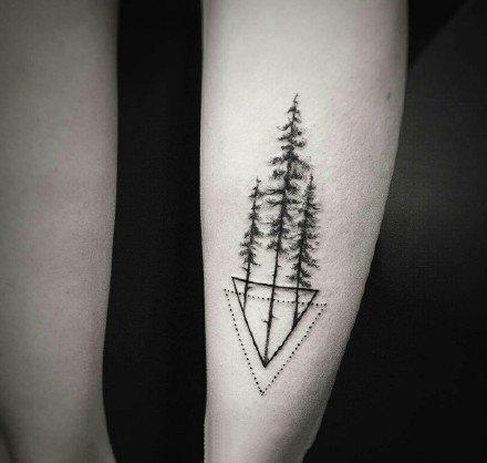 小黑色的一组点刺和线组成的小纹身图片