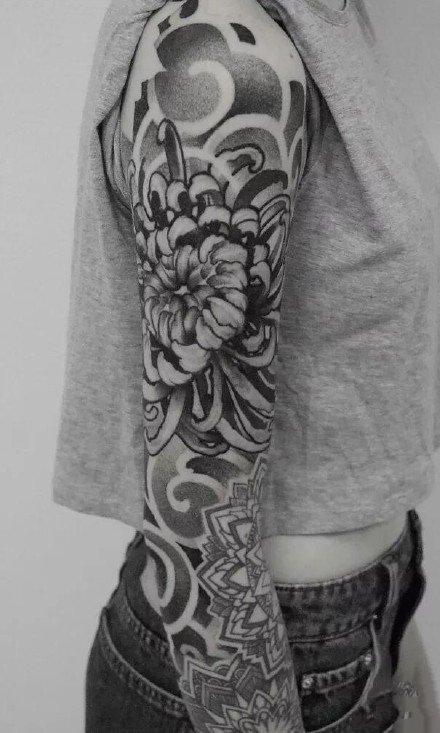 黑灰菊花:手臂和腿部上好看的黑灰菊花纹身图案