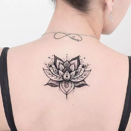 美背纹身:女生后背上唯美的黑灰点刺梵花纹身