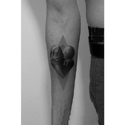 一组黑灰的个性点刺纹身图片赏析