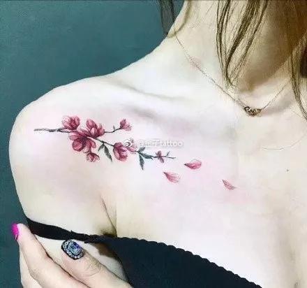 女生锁骨处的一组唯美小清新纹身图案