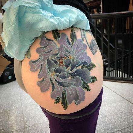 性感的一组女性臀部屁股上艳丽花朵纹身图案