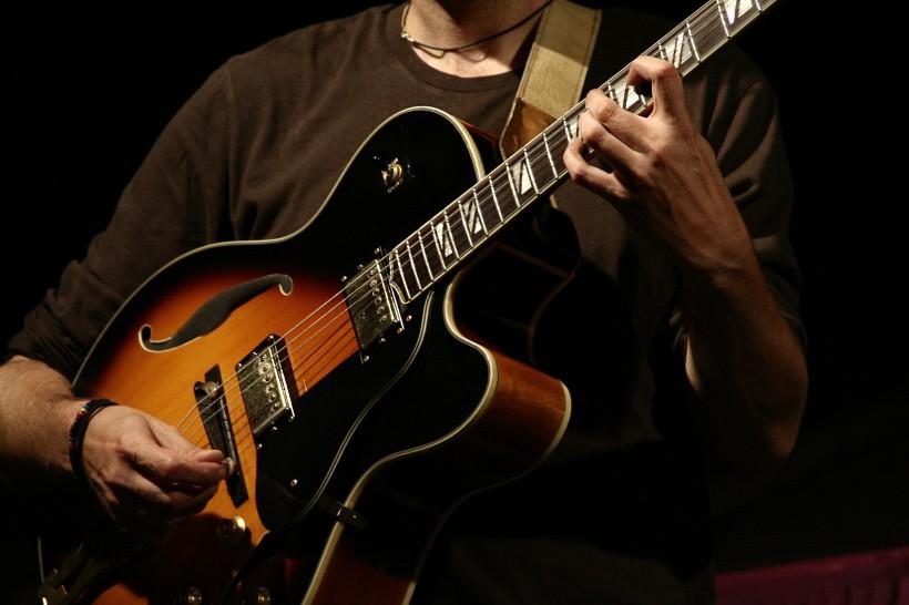 弹吉他的人物图片(14张)