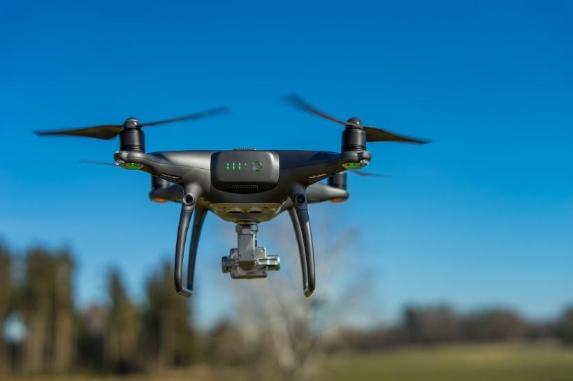 低空飞行的四轴遥控无人机图片(15张)